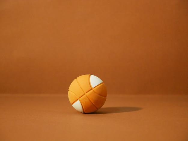 Basketbal met kopie ruimte op bruine achtergrond. Premium Foto