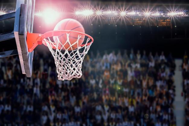 Basketbal scoren tijdens wedstrijd in de arena Premium Foto