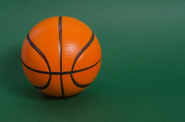 Basketbalbal op green Premium Foto