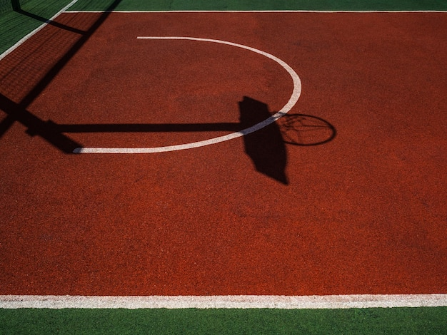 Basketbalveld. felle zon en dichte schaduwen op basketbalveld Premium Foto
