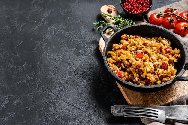 Basmatirijst gekookt met geroosterd ei en kruiden Premium Foto