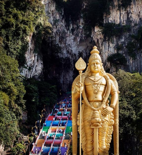 Batu grotten in maleisië, hindoeïsme tempel met lord murugan statue in de buurt van kuala lumpur Premium Foto