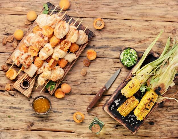 Bbq kalkoenvlees op houten spiesjes Premium Foto