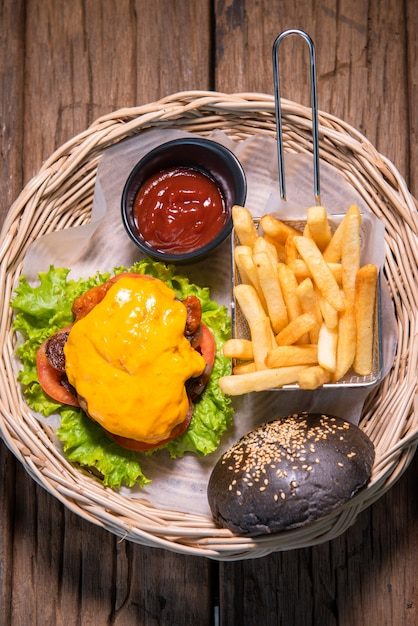 Bbq kip kaas hamburger, met uien, tomaten en sla, geserveerd met chips en tomatensaus Premium Foto