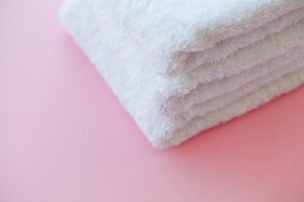 Beautiful spa samenstelling witte handdoeken op roze lijst Premium Foto