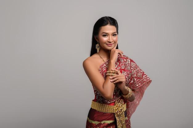 Beautyful thaise vrouw die thaise kleding draagt Gratis Foto
