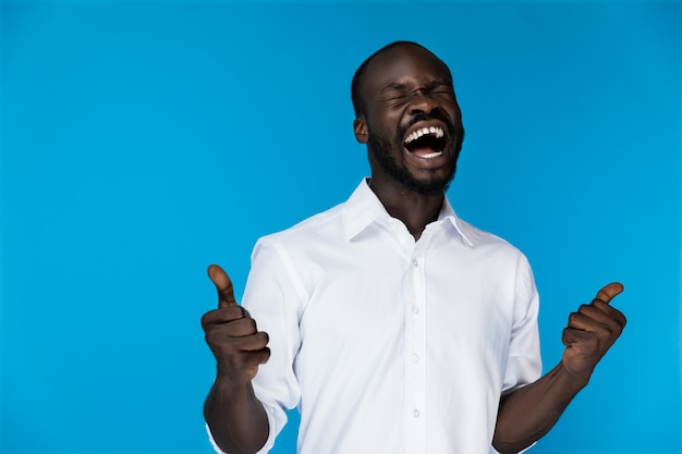 Bebaarde afro-amerikaan in wit shirt lachen Gratis Foto