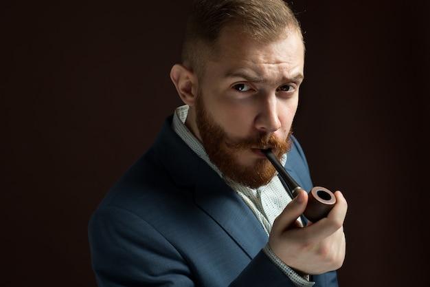 Bebaarde lamber als mannelijk model in pak met snor en baardpijp Premium Foto