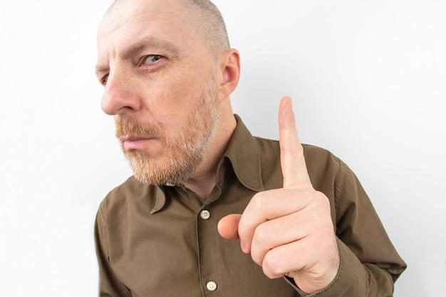 Bebaarde man die zijn wijsvinger omhoog wijst Premium Foto