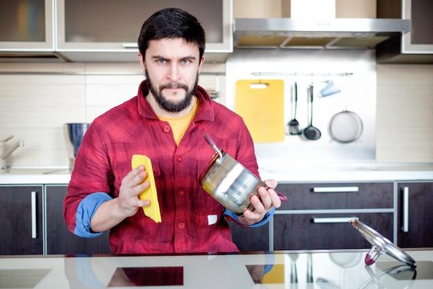 Bebaarde man in de keuken Premium Foto