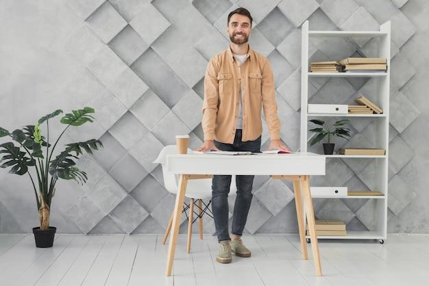 Bebaarde man in het kantoor afstandsschot Gratis Foto