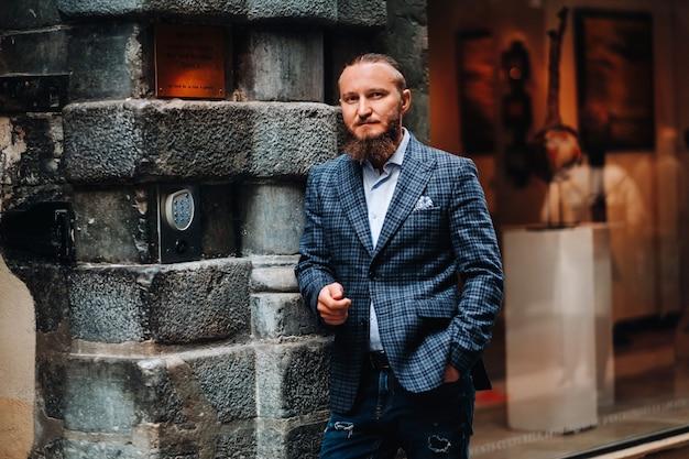 Bebaarde man in pak in de oude stad lyon, stijlvolle man in pak in frankrijk. Premium Foto