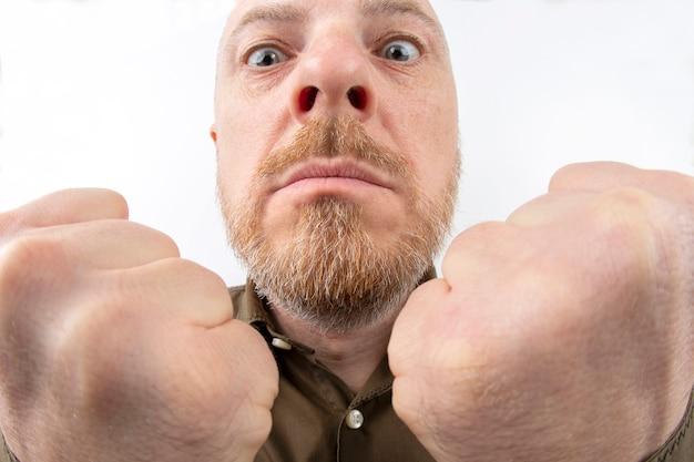 Bebaarde man met gebalde vuisten close-up op wit Premium Foto