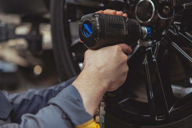 Bebaarde monteur werken bij auto tankstation Premium Foto