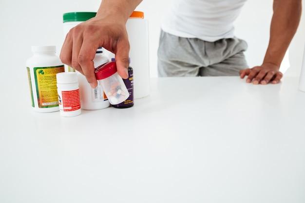 Bebouwd beeld van de knappe jonge vitaminen van de sportmanholding Gratis Foto