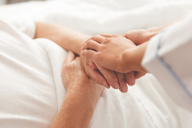 Bebouwd beeld van knappe oude patiënt die in bed ligt Premium Foto