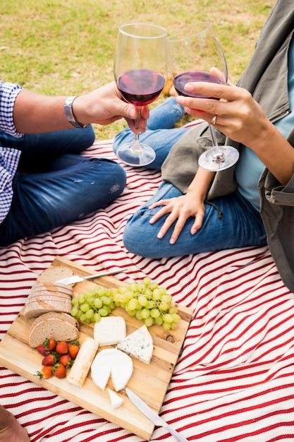 Bebouwd beeld van paar roosterende wijnglazen Premium Foto