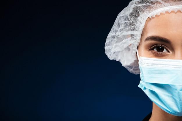 Bebouwd geïsoleerd portret van ernstige arts Gratis Foto