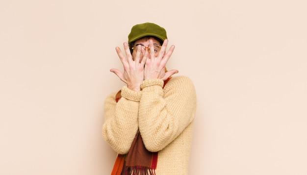 Bedek het gezicht met beide handen en zeg nee tegen de camera! afbeeldingen weigeren of foto's verbieden Premium Foto