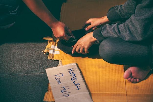 Bedelaars, daklozen die op de grond zitten. Premium Foto