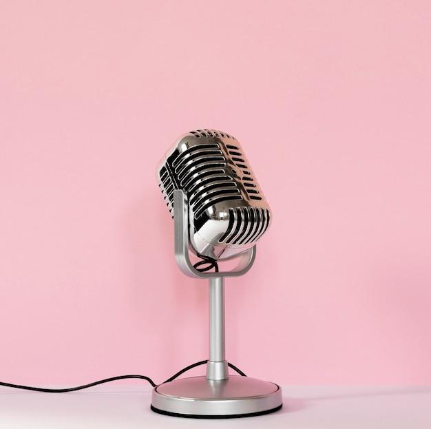Bedrade microfoon met roze achtergrond Premium Foto