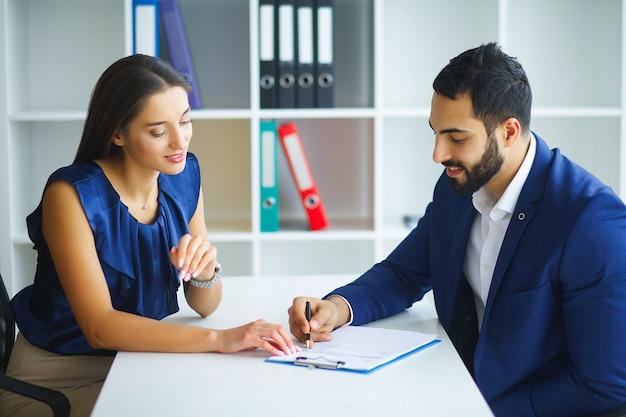 Bedrijf. business woman en business man talks at the light off Premium Foto