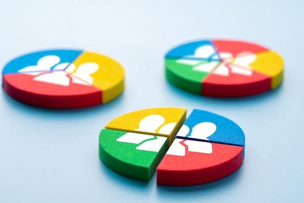 Bedrijf en hr pictogram op kleurrijke puzzel Premium Foto