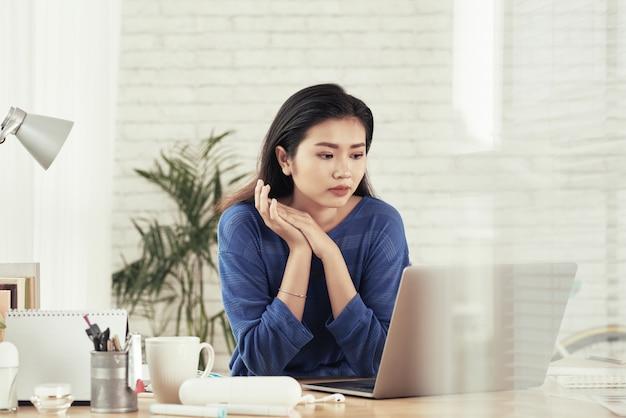 Bedrijfs dame die e-mails controleert Gratis Foto