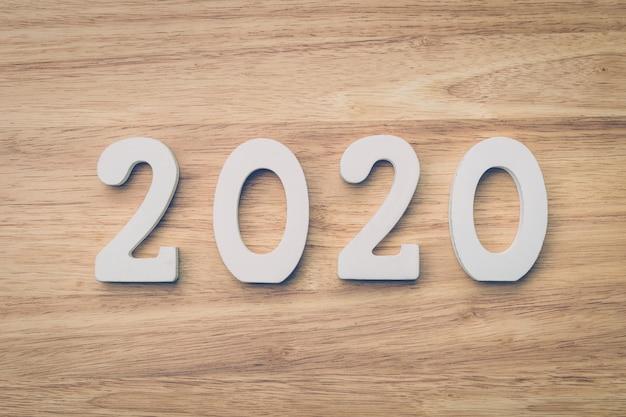 Bedrijfs en ontwerpconcept - houten nummer 2020 voor gelukkige nieuwe jaartekst op houten lijst. Premium Foto
