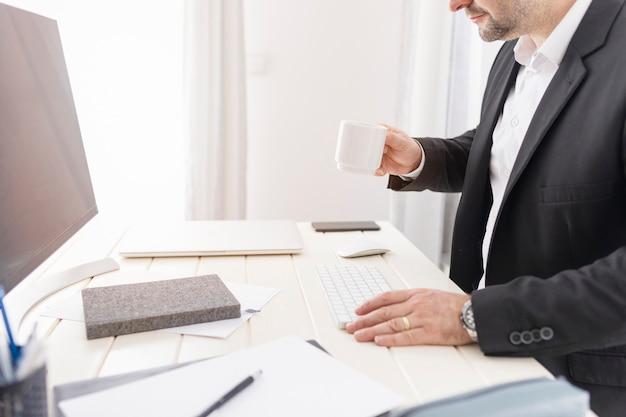 Bedrijfs mens die bij zijn bureau werkt Gratis Foto