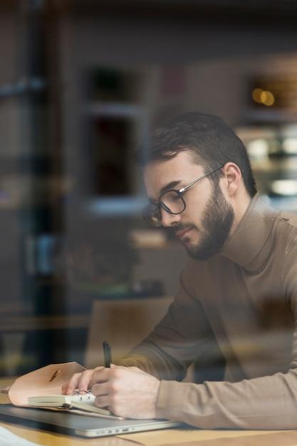 Bedrijfs mens met glazen het werken Gratis Foto