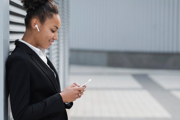 Bedrijfs vrouw die op apparaat kijkt Gratis Foto