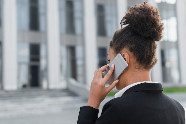 Bedrijfs vrouw die op telefoon spreekt Gratis Foto