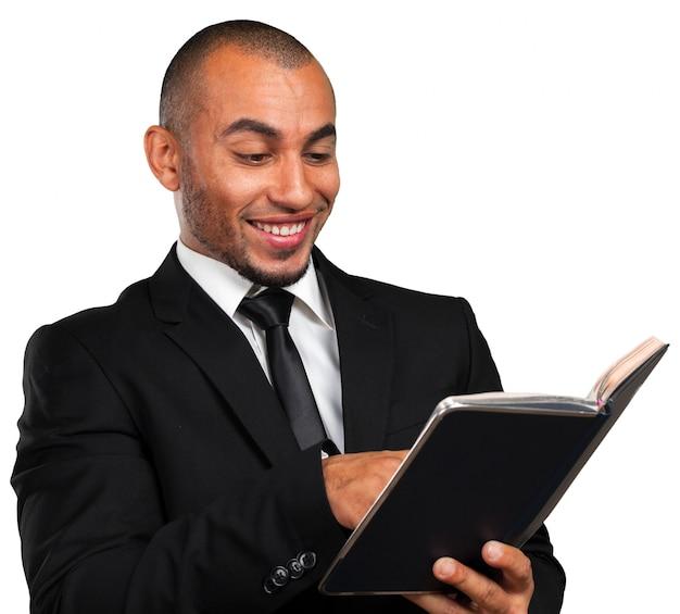 Bedrijfs zwarte mens die een boek houdt Premium Foto