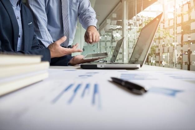 Bedrijfsadviseur analyseert financiële cijfers die de voortgang in het werk van het bedrijf aanduidt. Gratis Foto