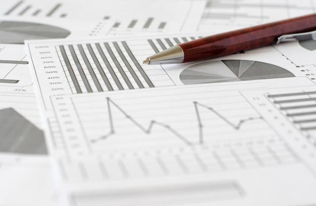 Bedrijfsanalyse, grafieken en diagrammen. een schematische tekening op pa Premium Foto