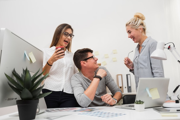 Bedrijfscollega's die en elkaar glimlachen bekijken Gratis Foto