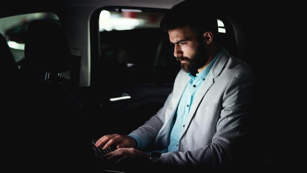 Bedrijfsconcept bezig met laptop boze man werk late baan. Premium Foto