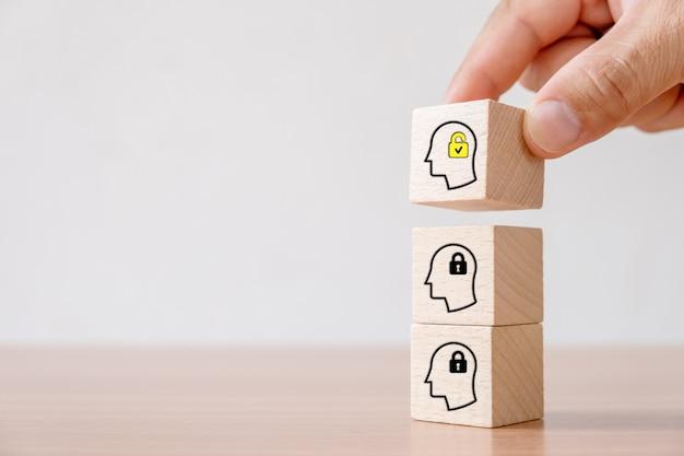 Bedrijfsconcept creatief idee en innovatie. uitgelezen houten kubusblok met hoofdmens ontgrendelen Premium Foto