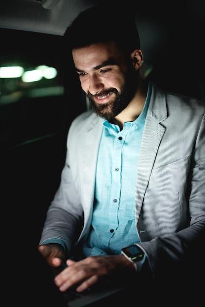 Bedrijfsconcept dat aan laptop werkt succesvolle zakenman die laat werkt online surfen op internet. Premium Foto
