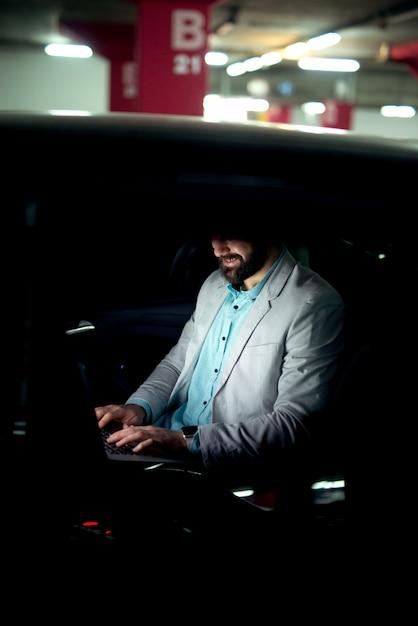 Bedrijfsconcept dat op laptop werkt succesvolle zakenman werkt laat online surfen op internet. Premium Foto