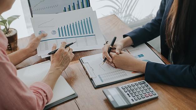 Bedrijfsconcept. mensen uit het bedrijfsleven bespreken de grafieken en diagrammen met de resultaten van hun succesvolle teamwork. Premium Foto