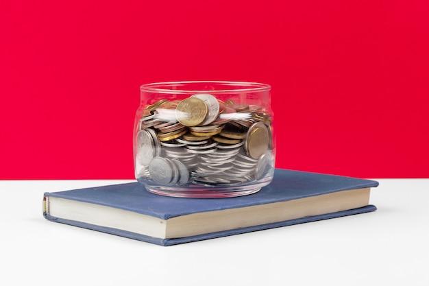 Bedrijfsconcept, planning opslaan met munten in glazen pot Premium Foto