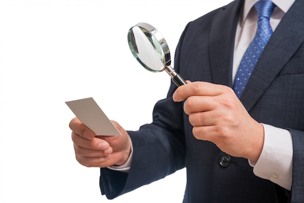 Bedrijfsconcepten. zakenman die leeg adreskaartje toont dat op witte achtergrond wordt geïsoleerd. Premium Foto