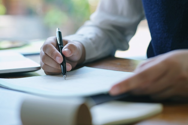 Bedrijfsdocumenten die ontwerp planning op bureaulijst adverteren. Premium Foto