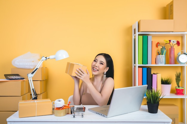 Bedrijfseigenaar werken thuis kantoor verpakking. Gratis Foto