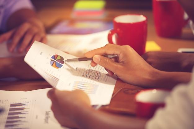 Bedrijfseigenaren raadplegen financiële adviseur van adviseur om te analyseren en over het financieel verslag in zijn kantoorkamer Premium Foto