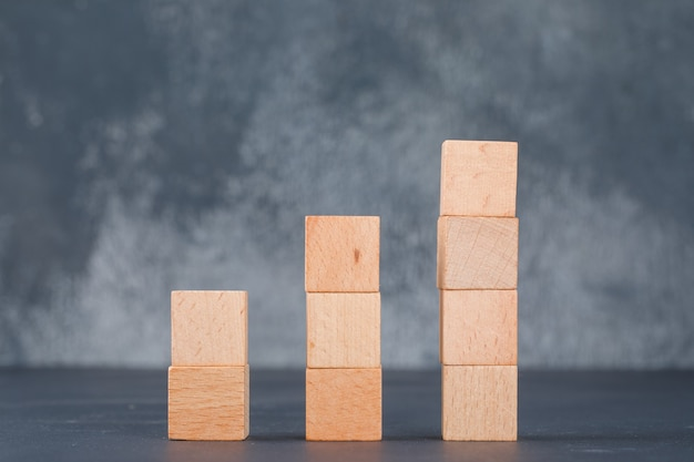 Bedrijfsgrafiek en werkgelegenheidsconcept met houten blokken als zijaanzicht van de grafiek. Gratis Foto