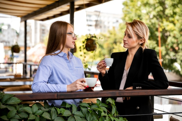 Bedrijfsmedewerkers praten en koffie drinken Gratis Foto