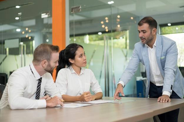 Bedrijfsmens die en kwesties met collega's bevinden bespreken Gratis Foto
